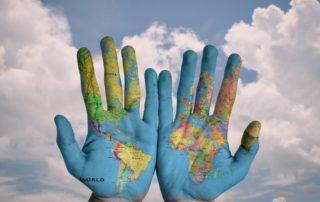 Välismaale tööle mineku võimalusi näitavad käed, kuhu on joonistatud maakaart